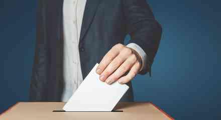 Persona votando