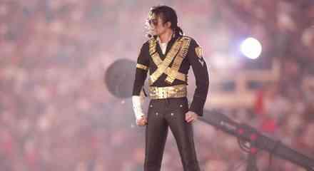 Michael Jackson actúa durante el medio tiempo del Super Bowl XXVII 2