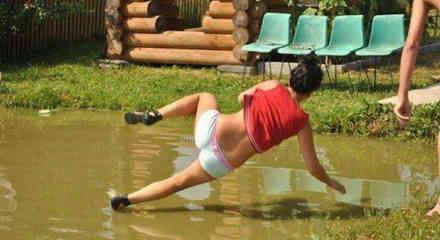 Mujer resbala en un charco de agua