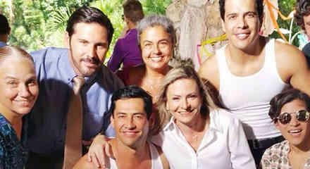 Gabriel Porras junto al elenco de Bajo El Mismo Cielo sonriendo