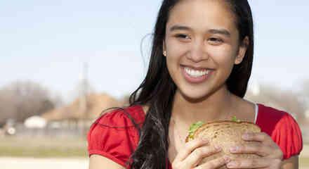 Mujer comiendo un sándwich