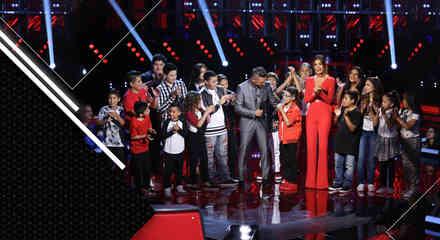 Jorge Bernal y Patricia Manterola junto a los 18 finalistas de La Voz Kids