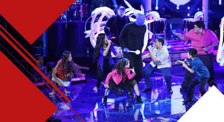 Seis finalistas cantando con el Blue Man Group de La Voz Kids