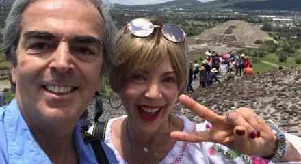 Lorenzo Lazo Margáin posa con Edith González en Teotihuacan