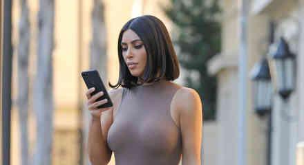Kim Kardashian con top gris semitransparente