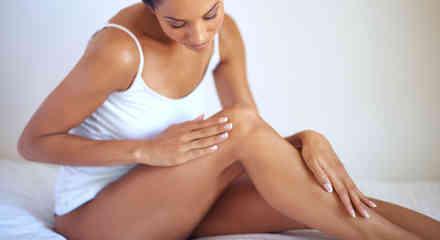 Mujer masajeando sus piernas