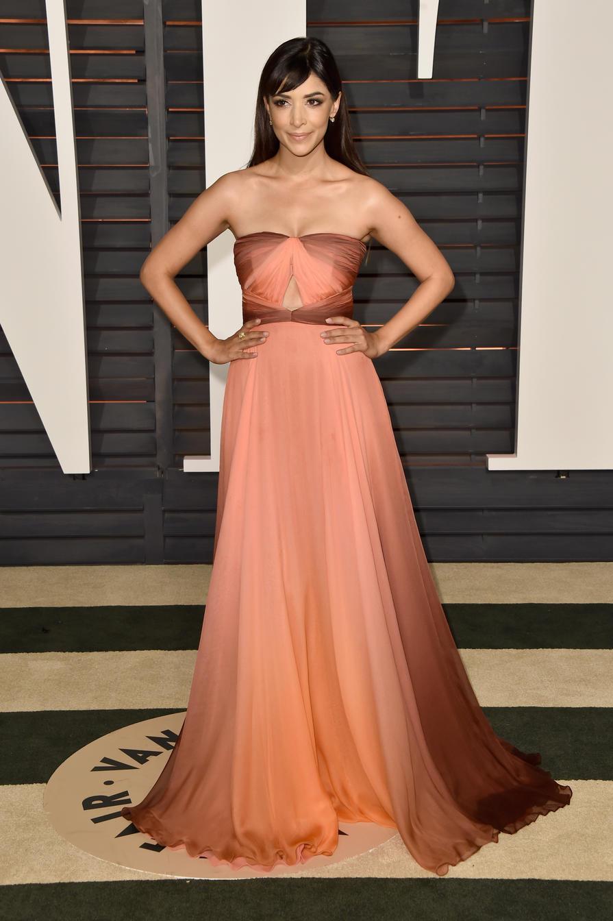 Hannah Simone en la fiesta de Vanity Fair para los premios Oscar 2015.