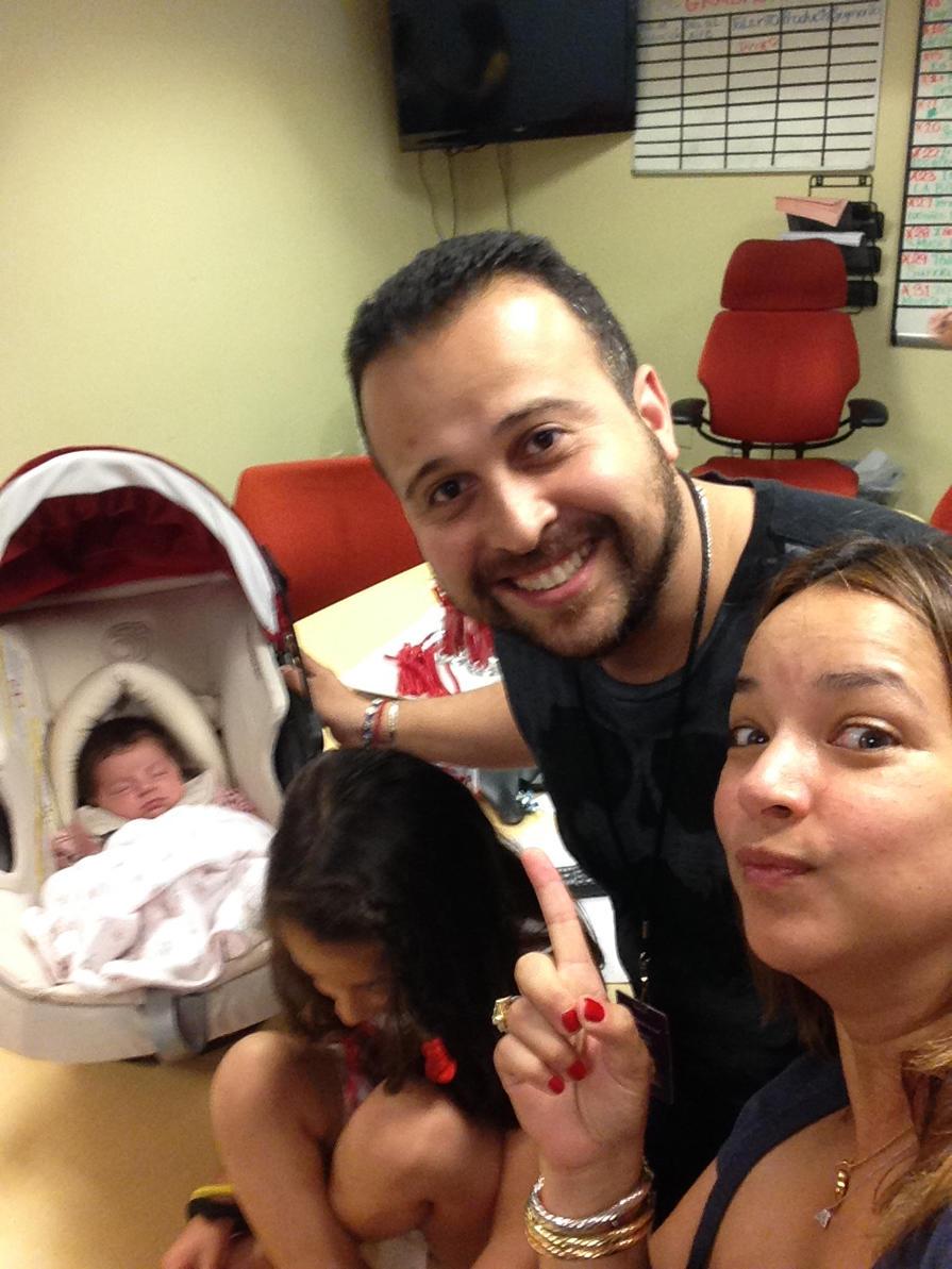 Angel Roman junto a Adamari López y Alaïa