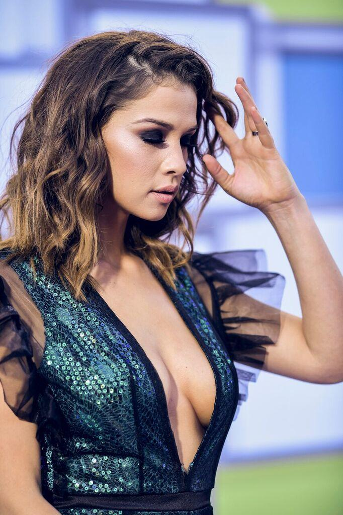 http://www.telemundo.com/sites/nbcutelemundo/files/styles/gallery_slide_full/public/images/gallery/2016/10/07/carolina-miranda-escotes-latin-american-music-awards-2016.jpg?itok=tChJ3rbU