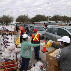 Voluntarios reparten alimentos en un banco de comida en Houston, Texas, este 21 de febrero de 2021.