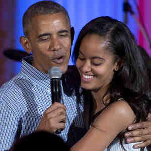 Barack Obama canta 'Cumpleaños feliz' a su hija Malia el 4 de julio de 2016 en la Casa Blanca.