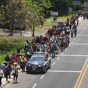 Cientos de centroamericanos caminan en el municipio Frontera Hidalgo, en México, con el objetivo de tocar suelo estadounidense.
