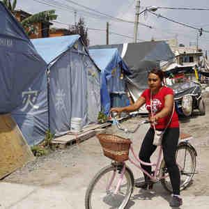 Tiendas de campaña y olvido acentúan drama un año después de sismo en México