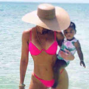 Khloé Kardashian con True Thompson en la playa