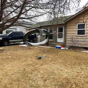 En esta fotografía del Departamento de Policía de Broomfield se observa un pedazo de metal en el patio delantero de una casa en Broomfield, Colorado.