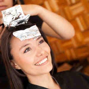 Mujer tiñéndose el cabello