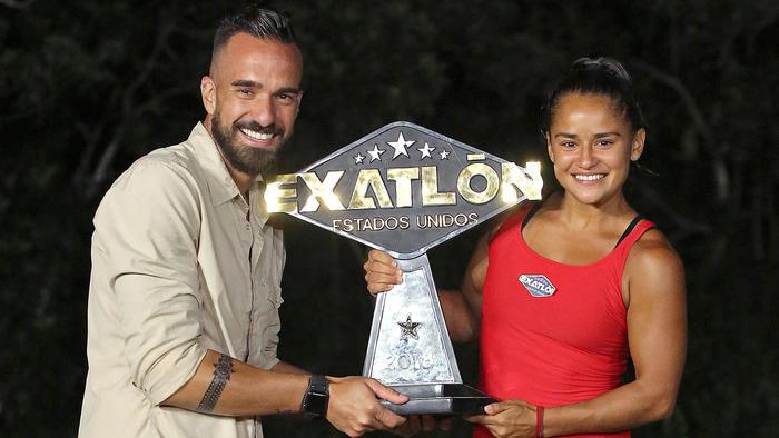 Chelly Cantú recibe su trofeo de campeona