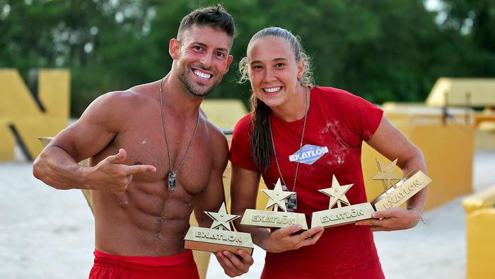 Abe y Nicole posan con sus lingotes de oro