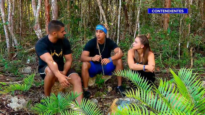 Chuy, Elías y Dennhi sentados afuera de la Cabaña