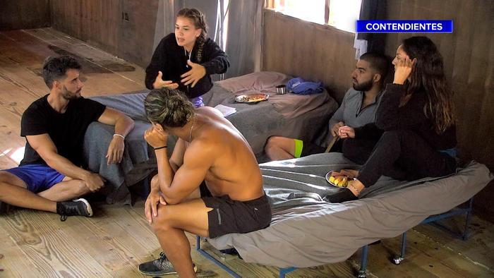 Dennhi habla en la Cabaña con sus compañeros