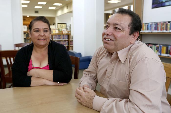 Martín Sanchez, junto a su esposa María, no oculta su felicidad por haber conseguido ser residente de los Estados Unidos.