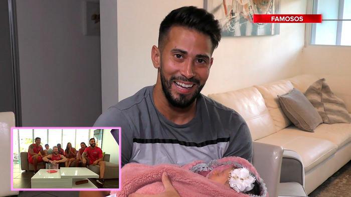 Tommy con su hija bebé en brazos