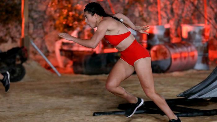 Alondra González corre en el circuito de hierro