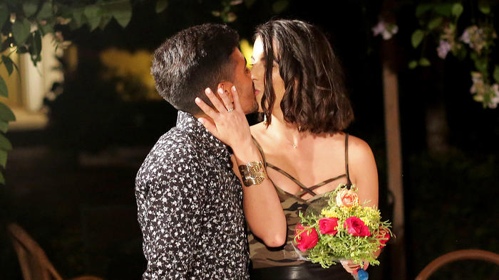 Jay besa a su novia