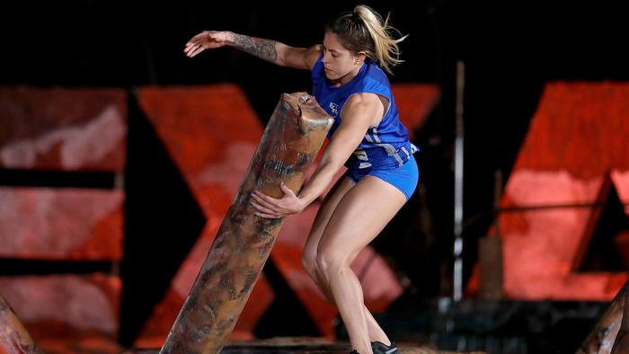 Paula Leyes mueve un obstáculo en el circuito de hierro