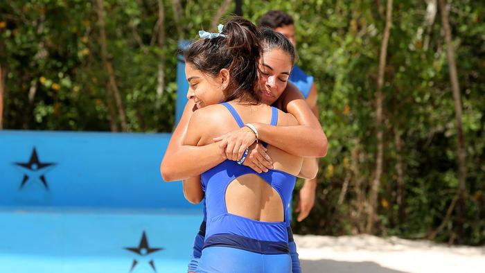 Karla y Denisse se abrazan