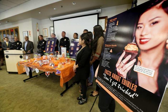 Autoridades de salud durante una conferencia de prensa sobre el peligro de las golosinas a base de marihuana.