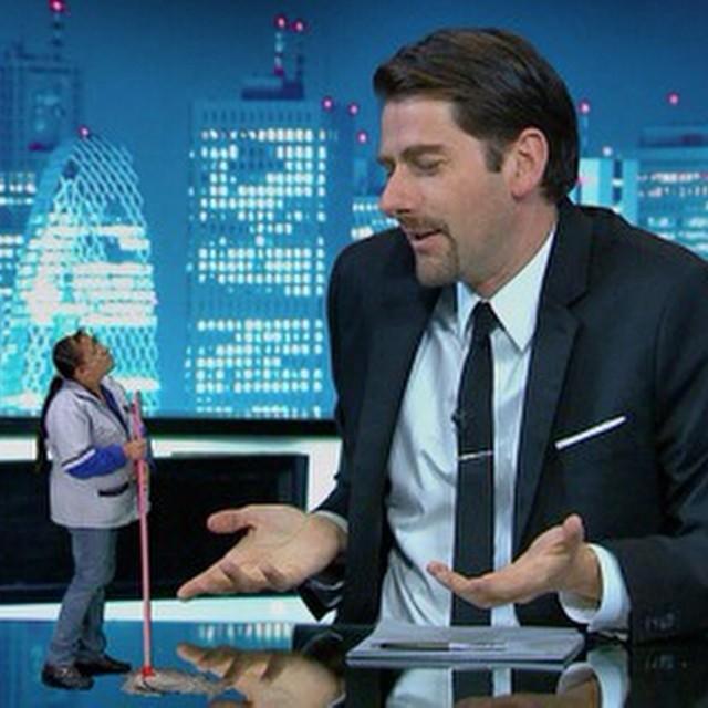 Eduardo Videgaray y un holograma en su programa en La Sopa de E! Latino