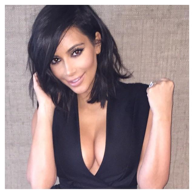 Kim Kardashian en un vestido negro con un gran escote.