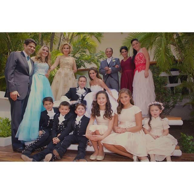 Manuel Velasco y Anahí el día de su boda junto a su familia