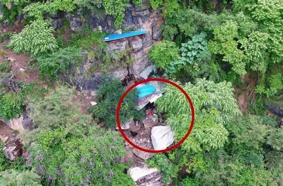 Una baldosa de acero de color azul sobre una cueva donde Song Jiang, un fugitivo chino, ha sido arrestado después de 17 años de fuga.