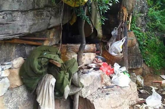 La policía dijo que el fugitivo había estado recluido en una cueva de piedra cuando fue detenido.