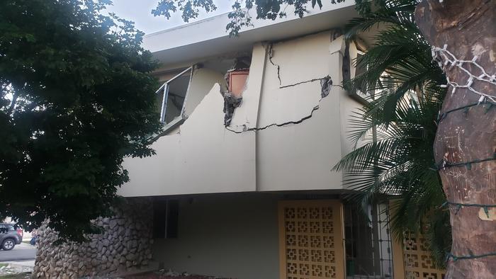 Casa agrietada en Yauco (Puerto Rico).