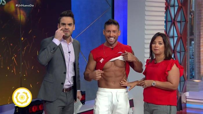 Adamari López toca el abdomen de Abe Cruz mientras Frederik Oldenburg habla