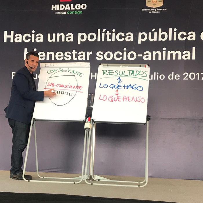 Marco Antonio Regil dando conferencia vegana