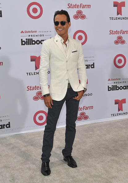 marc anthony posa en la alfombra blanca de los premios billboard 2015