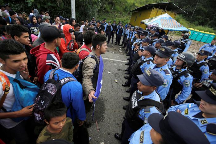 Antes de llegar a la frontera Guatemala-México inmigrantes hondureños bloquearon el acceso en Agua Caliente, ciudad que divide Guatemala de Honduras.
