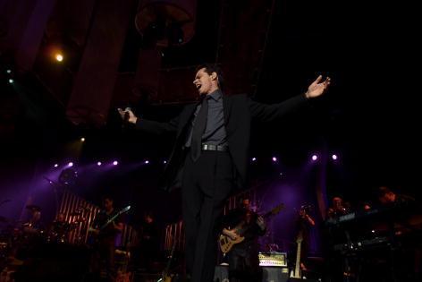 Marc Anthony cantando