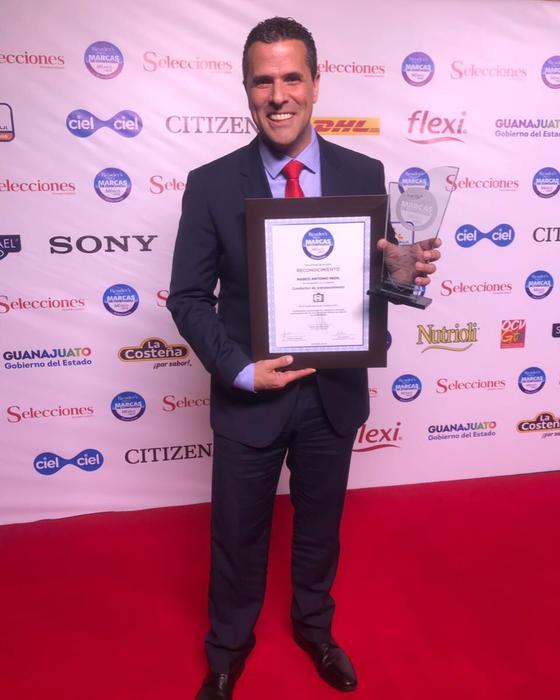 Marco Antonio Regil recibe premio de Reader's Digest