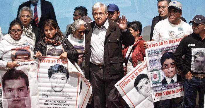El presidente electo Andrés Manuel López Obrador ofreció un mensaje conjunto con padres de los 43 normalistas de Ayotzinapa desaparecidos