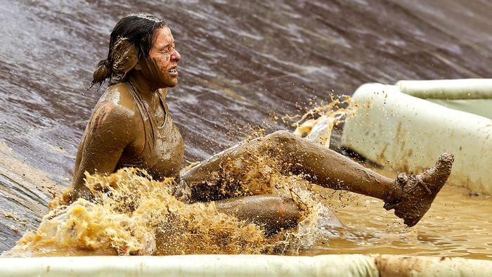 Palafox cierra los ojos al entrar al agua llena de barro