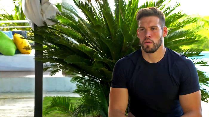 Tavo habla en entrevista en la Fortaleza