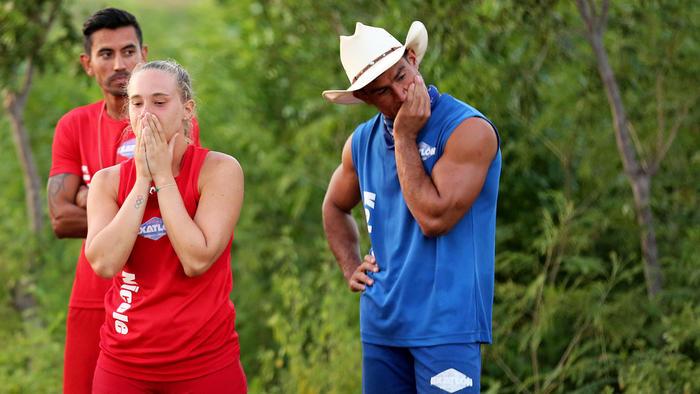 Nicole y Kelvin se llevan manos al rostro