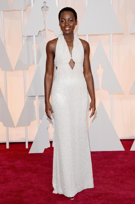 Lupita Nyong'o en la alfombra roja de los premios Oscar 2015