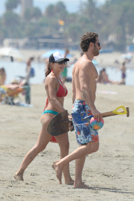 Sebastián Rulli y Angelique Boyer en la playa de España