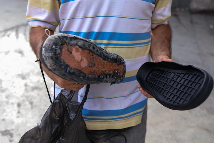 Zapatos rotos y desgastados, una cruda expresión de la crisis en Venezuela